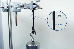 Trotz geringer Kontaktfläche zeigen die TPE- und EPDM-Materialien eine sehr gute Haftung. (Foto: Kraiburg TPE)