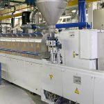Der neue Doppelschneckenextruder ZE65x50D der Baureihe ZE BluePower aus dem Hause KraussMaffei Berstorff in der Produktion bei PolyComp. (Foto: Polycomp)
