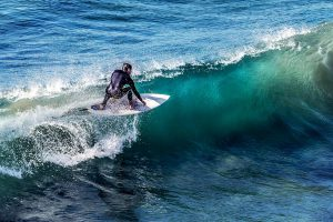 Gegen Sonne und Salzwasser beständiger Chloroprenkautschuk ist passend für Isolieranzüge beim Wellenreiten oder Windsurfen. (Foto: Unsplash)