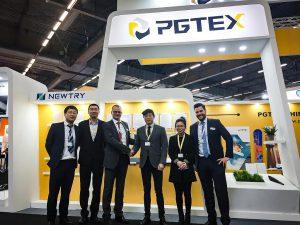Grundstein für eine langfristige Partnerschaft zwischen PGTEX und Hennecke: Erfolgreiche Transaktion für eine kombinierte Produktionsanlage für Nasspress- und HP-RTM-Anwendungen auf der JEC in Paris. (Foto: Hennecke)