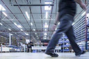 Falls nach einer Kundenanfrage ein Teil der Maschine getauscht werden muss, erfolgt ein sofortiger Versand über das 20.000 m² große KHS World Logistics Center in Dortmund. (Foto: KHS)