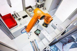 Ein zentrales Roboterhandling übernimmt die Beladung, die Übernahme der Proben von der Linie sowie die Probenvorbereitung. (Foto: Montech)