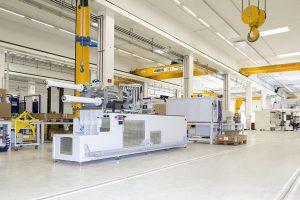 Vorbereitung für die Linienmontage der SmartPower und EcoPower Reihe > 1.800 kN. (Foto: Wittmann Battenfeld)