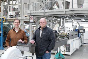 Helmut Nägele (l.) und Jürgen Pfitzer (r.), Geschäftsführer der Tecnaro GmbH, produzieren mit dem neuen Zweischneckenextruder ZE Basic zukunftsfähige Biokunststoffe. (Foto: KraussMaffei Berstorff)