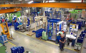 In der Spritzgießfertigung von Witte Nejdek produzieren 400 Personen im 4-Schichtbetrieb auf aktuell 51 Spritzgießmaschinen kleine bis mittelgroße Komponenten für Pkw-Schließsysteme, viele davon auf Vertikalmaschinen. (Foto: Reinhard Bauer)