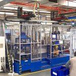 Je höher die Fachzahl und komplexer die Einlegeaufgabe, umso effizienter ist die Automatisierung der Einlege- und Entnahmeaufgaben mittels Roboter. Hier das Beispiel einer VM-R 80 in Kombination mit zwei Wittmann-Linearrobotern. (Foto: Reinhard Bauer)