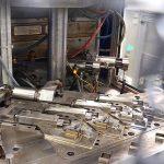 Ein Produktionsbeispiel der Anlage ist die Herstellung von Steckadaptern mit einem 4-fach Spritzgießwerkzeug. (Foto: Reinhard Bauer)