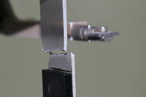 Zug-Scherprobekörper nach DIN EN 1465; Akromid B3 GF 30 PST (6647) mit Aluminium 6016; Bruch im Aluminium, Druck-Scherprüfung nach ISO 19095-3. (Foto: Akro-Plastic)