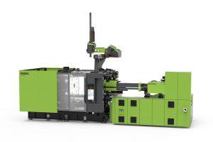 Für die Herstellung hochdekorierter Musterteile im weiterentwickelten foilmelt Prozess kommt während der Fakuma eine duo 1060/350 Spritzgießmaschine zum Einsatz. (Foto: Engel)