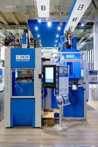 In einer verketteten Produktionsanlage stellen zwei Spritzgießmaschinen vollautomatisch ein Kunststoff-Gummi-Verbundteil her. (Foto: Technokomm)
