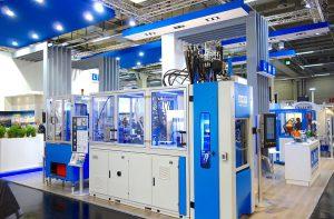Die beiden Vertikalmaschinen sind durch eine Handling- und Bearbeitungsperipherie der LWB-Automatisierung zu einer vollautomatischen Produktionszelle zur Herstellung von 2-Komponenten-Wellendichtringen kombiniert. (Foto: Technokomm)