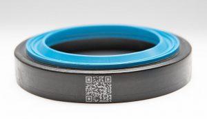Dieser 2K-Wellendichtring aus PA und EPDM wird in einer Produktionszelle vollautomatisch hergestellt. (Foto: Technokomm)