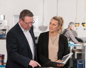 Zufrieden mit dem Ergebnis nach der Beschichtung (v. rechts): Julia Köberle, Leiterin der Blasfolienextrusion bei Südpack, im Gespräch mit Klaus Möllenbeck von Oerlikon Balzers. (Foto: Oerlikon Balzers)