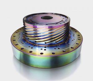 Balinit Croma Plus ist sehr hart (2.500 HV) und bietet eine umweltfreundliche Alternative zum galvanischen Verchromen oder Vernickeln. Die Schicht schafft schillernde Effekte wie auf diesem Wendelverteiler. (Foto: Oerlikon Balzers)