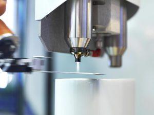 Die Plasma-SealTight-Versiegelung des Metalleinlegers vor dem Spritzgießen sichert die langzeitstabile und mediendichte Haftung von Kunststoff-Metall-Verbunden. (Foto: Plasmatreat)