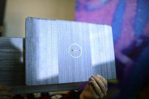 Eine mögliche Anwendung für endlosfaserverstärkte thermoplastische Composites sind leichtgewichtige und dünne Laptop-Deckel mit besonderen optischen Oberflächen-Effekten. (Foto: Covestro)