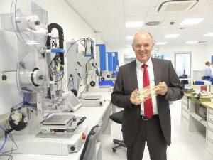 CEO Thomas Herrmann zeigt eine Werkstückaufnahme aus dem 3D-Drucker, ebenfalls eine Dienstleistung des Ultrasonic Engineerings. Die Reaktionszeiten bei Erstanfragen im Ultraschall-Labor können so verkürzt werden. (Foto: Herrmann)