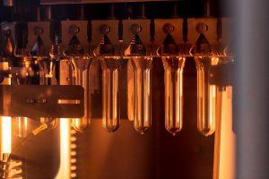 Die Preforms werden vor dem Streckblasen in der InnoPET Blomax effizient erhitzt. (Foto: KHS)