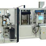 Dass komplexe Anwendungen mit nachgeordneten Bearbeitungsschritten trotzdem kompakt bleiben können, zeigt die Paketlösung einer Fertigungszelle rund um einen KPA-Pressautomaten von Lauffer. (Foto: Lauffer)