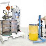 Volle Fässer ohne Luft: Mit der neuen halbautomatischen Vakuumstation Tava 200 F können Materialhersteller pastöse und hochviskose Fluide luftfrei in 200-Liter-Deckelfässer abfüllen. (Foto: Tartler)