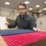 Projektleiter Martin Geißenhöner zeigt zwei Noppenfolien für den Transport temperatursensibler Güter. (Foto: TITK / Steffen Beikirch)