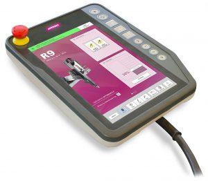 Der Display-Rahmen dieser Teachbox für die Wittmann R9 Steuerung wird auf einer SmartPower 240 gespritzt. Ein aufgedruckter QR-Code ermöglicht eine Rückverfolgbarkeit der Produktionsdaten. (Foto: Wittmann Battenfeld)