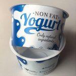 IML-Leichtgewichte: Die Joghurtbecher mit Banderole-Label entstehen im 4-fach-Werkzeug mit einer Gesamtzykluszeit von weniger als 2,5 s. (Foto: Beck Automation)