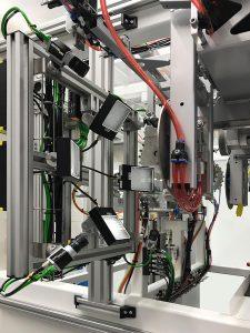 Vision System: Der IML-Watcher von Intravis verfügt über mehrere Kameras und spezifische Beleuchtungseinheiten und unterstützt schnellste Zykluszeiten der IML-Hochleistungsproduktion. (Foto: Beck Automation)