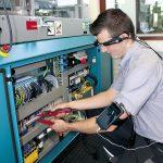 Via Datenbrille schauen die Boy-Experten quasi vor Ort über die Schulter des Bedieners auf die Spritzgießmaschine und ermöglichen so eine geführte Unterstützung des Kunden. (Foto: Dr. Boy)