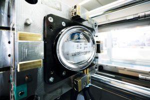 Anhand dieses Serviertabletts zeigt Deckerform mit dem Spritzprägen ein Sonderspritzgießverfahren, das bei Toyo in jeder Standardmaschine enthalten ist. (Foto: Deckerform)
