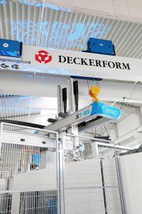 Auf Kundenwunsch werden die vollelektrischen Toyo-Spritzgießmaschinen mit Entnahmerobotern aus dem Hause Sepro ausgestattet. (Foto: Deckerform)