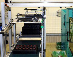 Multifunktionaler Tray-Stapler: Zwei kombinierte Förderbänder mit jeweils eigener Stapelachse puffern und stapeln Trays, Zwischenlagen, KLT-Boxen und Kartons. (Foto: Dürrschmidt)