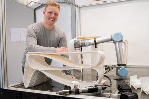 Prototyp geglückt: Moritz Wesseler mit seinem 3-D gedruckten, ergonomischen Tisch im Maßstab 1:2. (Foto: FH Münster)