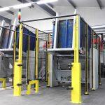 Den Startpunkt für den Zerkleinerungsprozess der Thermoforming-Teile in zwei Trichtermühlen RS 45090 gestaltete Getecha als Sicherheitsschleuse mit vollautomatischer Kippvorrichtung. (Foto: Getecha)