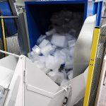Die vollen Sammelbehälter mit den Thermoforming-Resten aus der Produktion werden vollautomatisiert in einen Übergabetrichter gekippt bis der definierte Entleerungsgrad erreicht ist. Unterstützend lässt sich ein integriertes Vibrationssystem zuschalten. (Foto: Getecha)