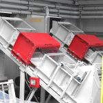 Über den Förderbändern der Linien für die Zerkleinerung der Thermoforming-Reste befinden sich Tunneldetektoren mit Metallsuchspule (im Bild rot), die alle metallischen Partikel detektieren und – falls nötig – die Zuführung unterbrechen. Das gewährleistet einen homogenen Materialstrom. (Foto: Getecha)