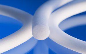 Geschäumte Silikonrundschnüre zeichnen sich durch eine hervorragende Dichtfunktion aus. (Foto: Raumedic)
