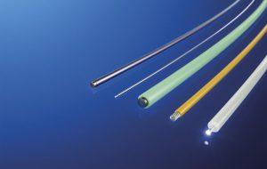 Als medizinischer Führungsdraht, als Elektrode für die Schmerztherapie oder auch als Lichtleiter – ummantelte Drähte, Litzen und Fasern werden in der Medizin vielseitig eingesetzt. (Foto: Raumedic)