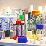 Für Flaschen oder Tuben im Lebensmittel-, Hygiene- und Pharmabereich kommen Verschlüsse in unzähligen Form- und Farbvarianten zum Einsatz (Foto: Klaus Vollrath)