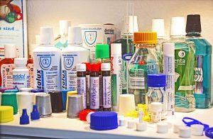 Für Flaschen oder Tuben im Lebensmittel-, Hygiene- und Pharmabereich kommen Verschlüsse in unzähligen Form- und Farbvarianten zum Einsatz. (Foto: Klaus Vollrath)