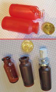 Beim liegenden Umspritzen von Glasampullen für Asthmasprays (oben) gab es zu viel Ausschuss. Die stehende Anordnung in einer neuen, vollautomatisierten Form erwies sich als deutlich vorteilhafter. (Foto: Klaus Vollrath)
