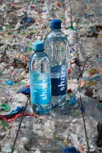 Das Berliner Start-up Share bietet als erster Getränkehersteller in Deutschland sein Wasser in PET-Flaschen aus 100 % Rezyklat an. (Foto: Share/Victor Strasse)