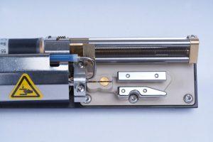 Geöffneter Druckkopf: Der hauchdünne Tintenstrahl ist mit dem Auge kaum zu erkennen. Er besteht aus tausenden feinsten Tropfen, die beim Drucken auf die Produktoberfläche fliegen – abgelenkt durch ein Hochspannungsfeld. (Foto: Leibinger)