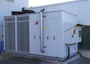 Kompakt, zukunftssicher und energiesparend: Die neue Kälteanlage für die Spritzgießerei von Wüllner & Kaiser. (Foto: L&R)
