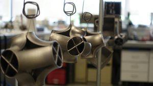 Komplexe AM-gefertigte Bauteile trocknen nach ihrer Metallisierung. (Foto: Frauhofer IAP)