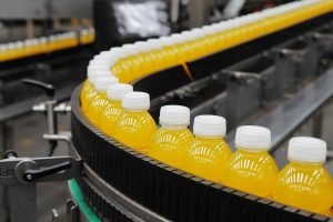 Aktuell sind PET-Saftflaschen mit Scavenger-Barriere schwer recycelbar und sollten daher nicht in den Recyclingkreislauf mit anderen PET-Einwegflaschen gelangen. (Foto: KHS-Gruppe)