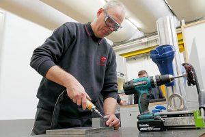 In der Expressfertigung bei W&H können seltene Maschinenersatzteile in weniger als 24 Stunden produziert und ausgeliefert werden. (Foto: W&H)