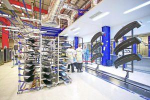 Die Reinigung lässt sich einfach in die Lackierlinie integrieren und auch über ein Produktionsleitsystem steuern. (Foto: acp)