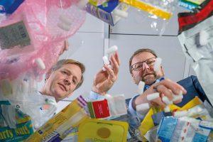 Dr. Andreas Kicherer und Dr. Stefan Gräter zeigen verschiedenen Arten von Kunststoffabfällen. (Foto: BASF)