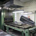 Die bis zu 19 kg schweren und fast 2 m² großen Gummiwulst-Komponenten für Waggon-Übergänge werden auf umgebauten Holzplattenpressen produziert. (Foto: Bauer)